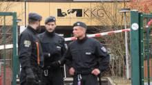 Drei Polizisten stehen vor dem Schultor der Käthe-Kollwitz-Gesamtschule in Lünen, hinter ihnen ein sandgelbes Gebäude