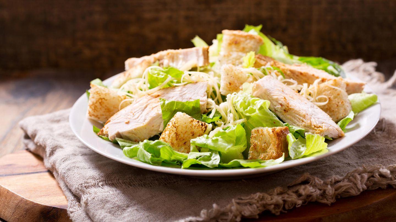 Achten Sie darauf, dass Sie das Essen zu Hause so gut wie möglich vorbereiten. Fangen Sie beispielsweise beim Hühnchensalat nicht erst auf der Party an, das Hühnchen zu braten.