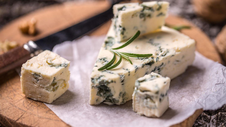 Blauschimmelkäse  Es gibt Menschen, die können von Gorgonzola und Roquefort nicht genug kriegen. Anderen aber wird übel allein vom Geruch. Deshalb wählen Sie lieber einen Käse, der die Gemüter nicht ganz so arg spaltet.