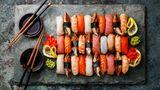 Sushi  Schmeckt köstlich zum Mittag- oder als besonderes Abendessen. Sushi gehört aber nicht zu den Gerichte, die lange auf dem Buffettisch stehen sollten. Deshalb: Bringen Sie besser etwas anderes.