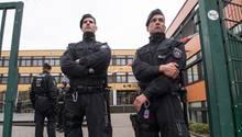 Polizisten bewachen den Eingang zur Käthe-Kollwitz-Gesamtschule in Lünen, während ihre Kollegen wegen eines getöteten Schülers ermitteln
