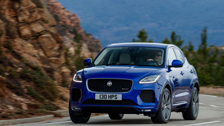 """Auch als SUV hat der E-Pace ein unverkennbares Jaguar-Gesicht. Die """"Katzenaugen"""" erinnern stark an den F-Type."""