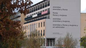 Ein Gedicht des Lyrikers Eugen Gomringer ziert die Fassade der Alice Salomon Hochschule in Berlin.