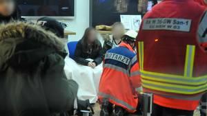 Ein Notarzt versorgt Fans von Youtube-Star Mike Singer
