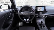 Das Ckockpit im Hyundai i30 Fastback ist aufgeräumt und übersichtlich, das Navi etwas lahm