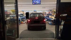 Ein Auto steht im Eingangsbereich eines Supermarktes