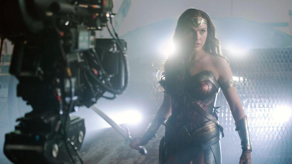 """Gal Gadot am Set von """"Wonder Woman"""" - dem ersten Film in Hollywood, der die neuen Richtlinien annimmt"""