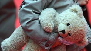 Der Junge aus Freiburg soll seit 2015 von seiner Mutter und deren Lebensgefährten im Netz zum Sex angeboten worden sein