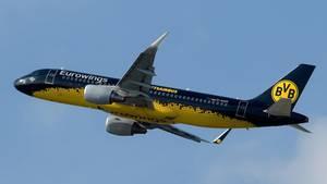 BVB-Maschine der Airline Eurowings brachte das Team des FC Schalke 04 zur WM in Barcelona