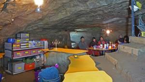 Weil Hochwasser den Zugang versperrt, sitzen sieben Touristen seit Tagen im Höhlensystem des Hölloch (Schweiz) im Muotathal fest
