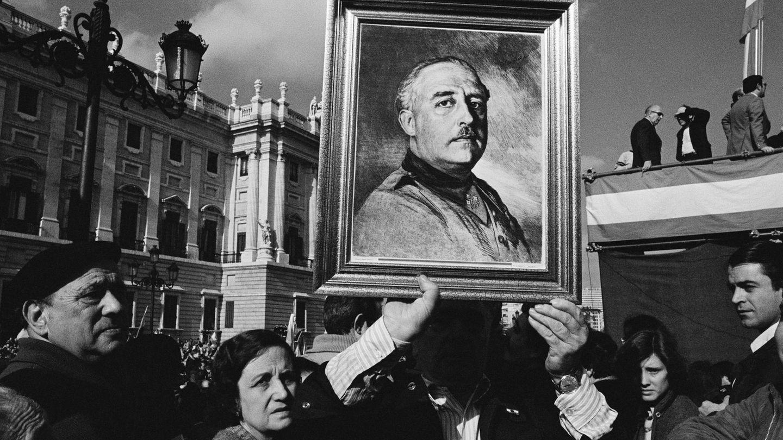 Menschen in Spanien feiern General Franco