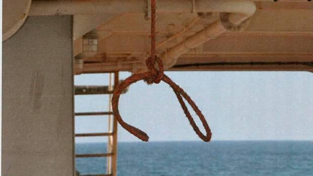 An diesem Seil hängen die Piraten den Chefingenieur auf. Sie fesseln ihm die Hände hinter dem Rücken, ziehen ihn daran hoch. Er kugelt sich fast die Schultern aus, erleidet unvorstellbare Schmerzen