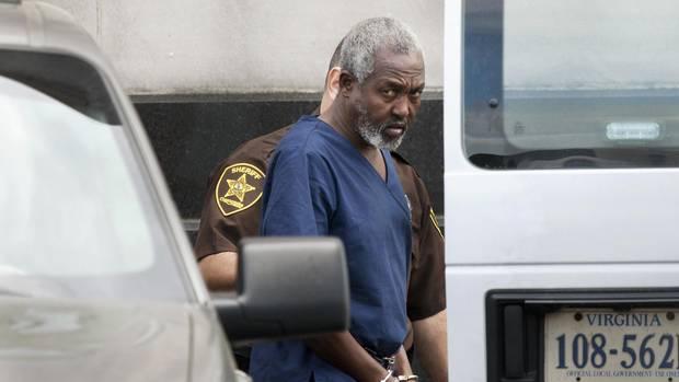 Drei Monate nach Ende der Entführung nehmen US-Polizisten Ali Jama in Gewahrsam und bringen ihn dann vor Gericht