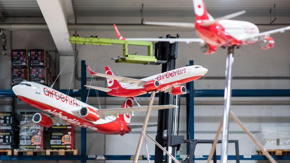 Modelle von Air Berlin-Flugzeugen sind in einer Lagerhalle in Essen ausgestellt. Sie werden neben 1000 anderen Objekten online versteigert.