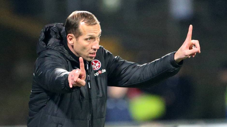 Jeff Strasser, Trainer des FCK, gestikuliert mit beiden Zeigefingern an der Seitenlinie beim Spiel SV Darnstadt 98 gegen 1. FCK