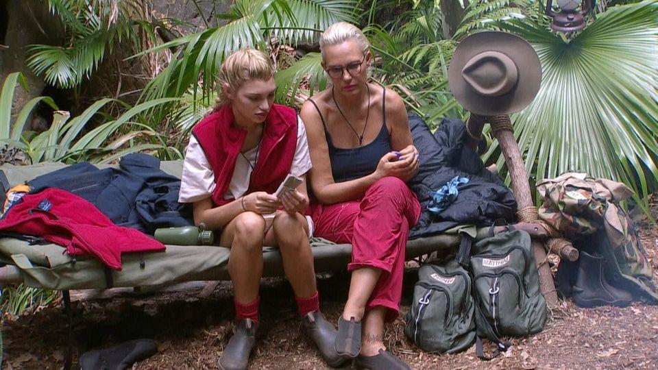 Giuliana Farfalla (l.) klagte Natascha Ochsenknecht im RTL-Dschungelcamp