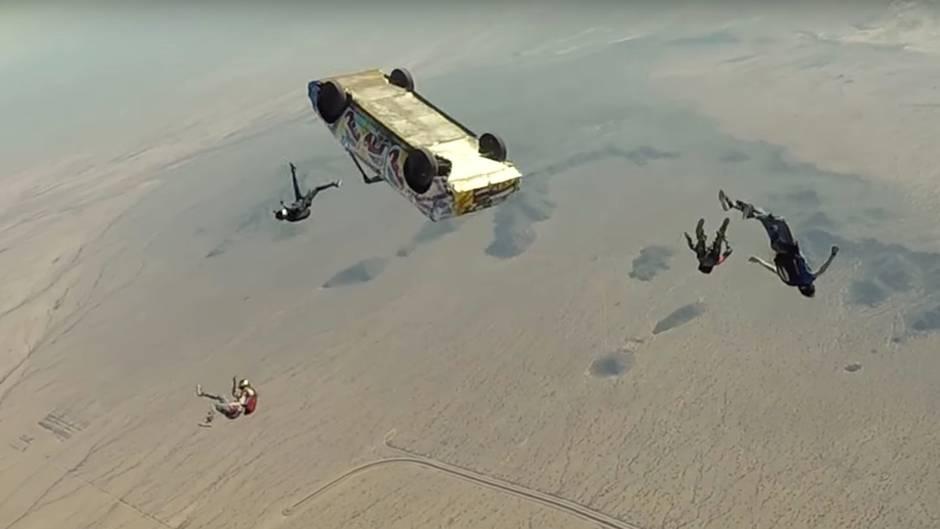 Waghalsiger Stunt: Nichts für schwache Nerven: Adrenalinjunkies stürzen sich im Cabrio in die Tiefe