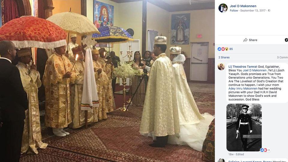 Mit festlichen Umhängen und Kronen auf dem Kopf steht das Paar zur Trauung vor den Priestern