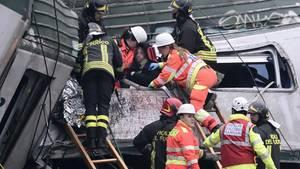 Zugunglück nahe Mailand: Mehrere Menschen wurden im Wrack eingeklemmt