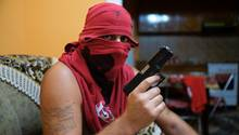 Dealer Samo mit Pistole