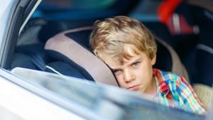 Ein Kind im Auto