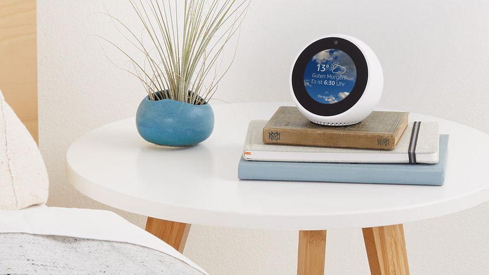 Der Echo Spot zeigt permanent die Uhrzeit an