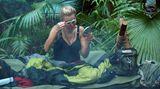 Die Zahnbürste muss bei Tatjana Gsell zum Augenbrauen-Schminken herhalten