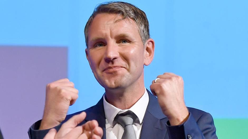 AfD-Politiker Björn Höcke zeigt zwei erhobene Fäuste