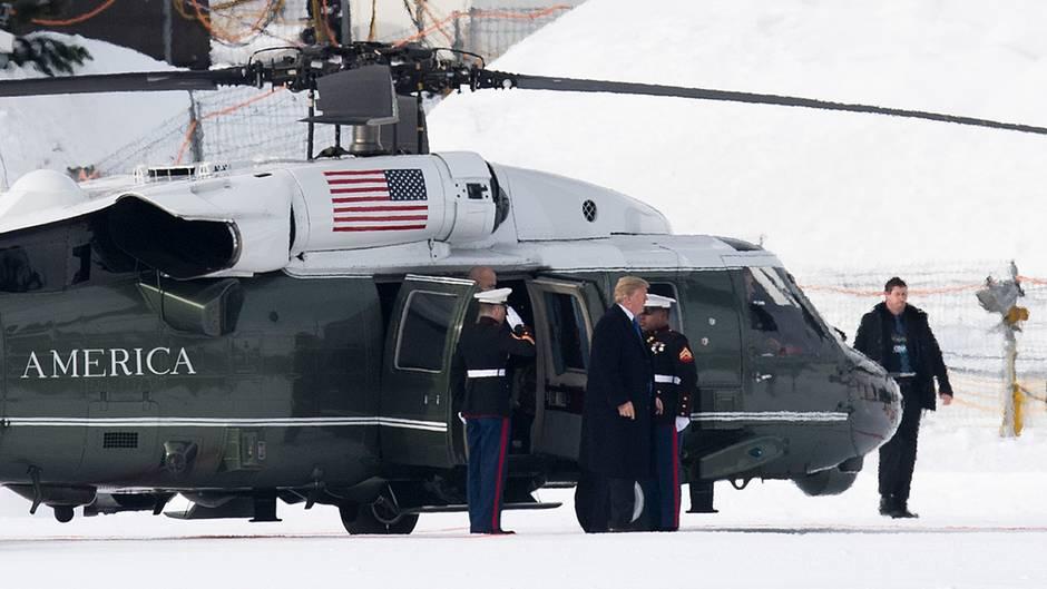 Donald Trump verlässt den US-Regierungshubschrauber Marine One nach der Landung in Davos (Schweiz)