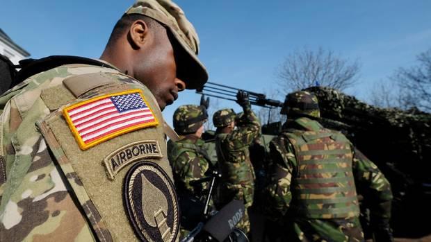 Das Sternenfeld der US-Flagge auf dem Ärmel eines Soldaten ist immer vorne