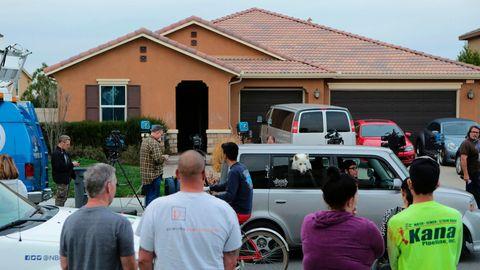 Nachbarn und Journalisten stehen vor dem Haus in Perris, US-Bundesstaat Kalifornien, in dem Eltern ihre 13 Kinder hielten