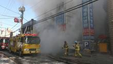 Feuerwerhleute bei Löscharbeiten zu einem verheerenden Brand in einem Krankenhaus in Südkorea