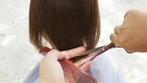 Ein Kind erhält einen Haarschnitt