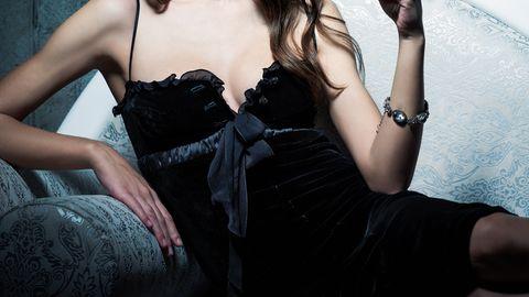 Eine junge Frau im schwarzen Kleid (Symbolbild)