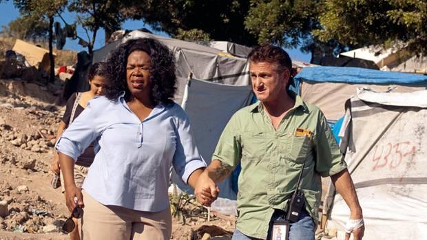 Oprah Winfrey mit Schauspieler Sean Penn im haitianischen Flüchtlingscamp
