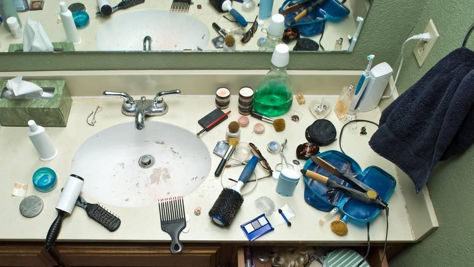 Eine unordentliche Ablage im Badezimmer