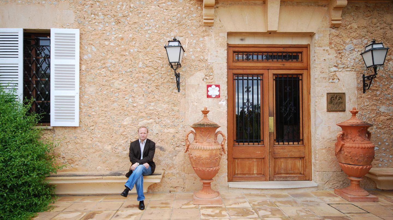Marcus Read sitzt vor seinem Read's Hotel in Santa María auf Mallorca