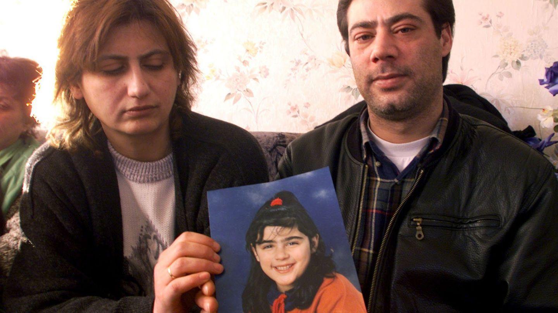 Ayla (l) und Kamil Ercan zeigen ein Foto ihrer vermissten Tochter Hilal