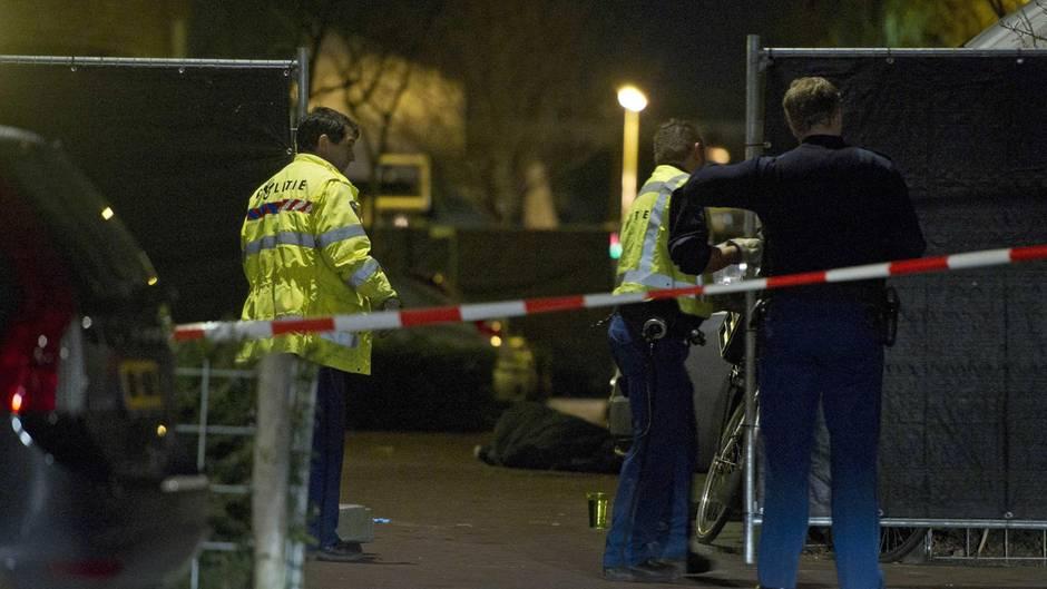 In Amsterdam ermittelt die Polizei wegen einer Schießerei mit einem Toten und zwei Verletzten (Symbolbild)