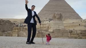 In Ägypten stehen der größte Mann und die kleinste Frau der Welt vor einer Pyramide.