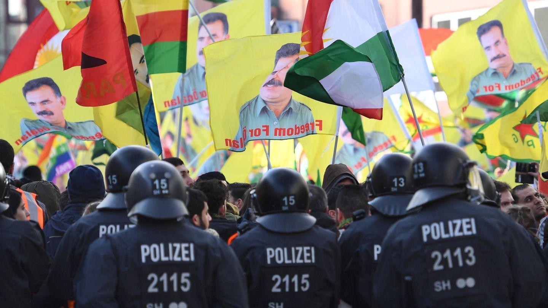 Teilnehmer einer Kurden-Demo protestieren in Köln