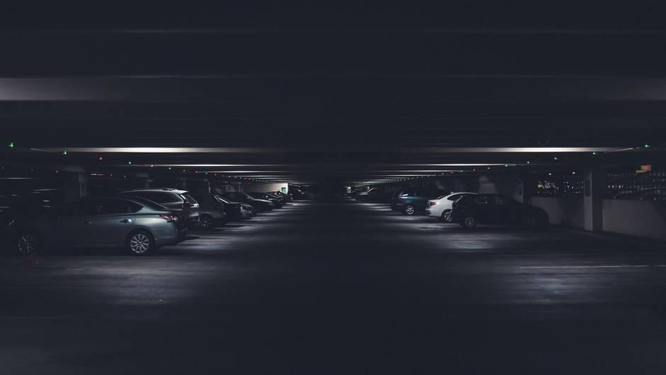 Ein Parkhaus nachts im Dunkeln – so sah der Parkplatz des Reddit-Users nicht aus