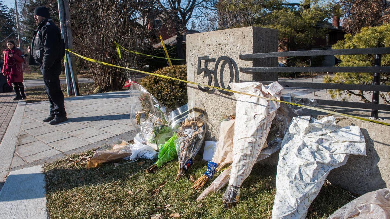 Blumen vor dem Haus des ermordeten Ehepaares Sherman