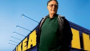 Ingvar Kamprad vor einer Ikea-Filiale