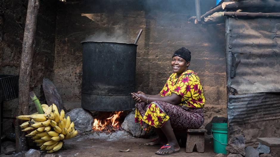 """Rose Mongi: """"Für gutes Bier braucht man die richtigen Bananen. Am besten 'Kuhbananen'.""""  ROLAND BROCKMANN - REAL PEOPLE OF EAST AFRICA Text und Fotografie von Roland Brockmann.  18,00 Euro"""