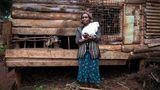 """Florence Wanja: """"""""Zehn Jahre haben wir zusammen gelebt. Dann fing er an zu trinken. Nur wegen der Geldsorgen, behauptet er. Das glaube ich ihm aber nicht.""""  ROLAND BROCKMANN - REAL PEOPLE OF EAST AFRICA Text und Fotografie von Roland Brockmann.  18,00 Euro"""