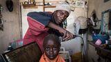 """Alex """"Ras"""" Muthoni: """"Es gibt viel Konkurrenz unter den Barber-Shops, aber ich werbe nicht wirklich um Kunden - die kommen schon durch Jah.""""  ROLAND BROCKMANN - REAL PEOPLE OF EAST AFRICA Text und Fotografie von Roland Brockmann.  18,00 Euro"""