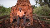 """Kennedy Otiena Oku: """"Das Brennen von Ziegeln hat mein Leben verändert. Ohne sie wäre ich heute einer wie alle anderen.""""  ROLAND BROCKMANN - REAL PEOPLE OF EAST AFRICA Text und Fotografie von Roland Brockmann.  18,00 Euro"""