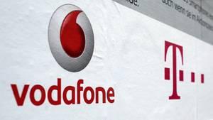 Das Telekom und Vodafone-Symbol sind auf einem Plakat zu sehen