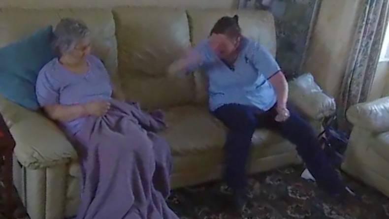 Misshandlung: Grausame Szenen: Altenpflegerin beschimpft und schlägt demente Rentnerin